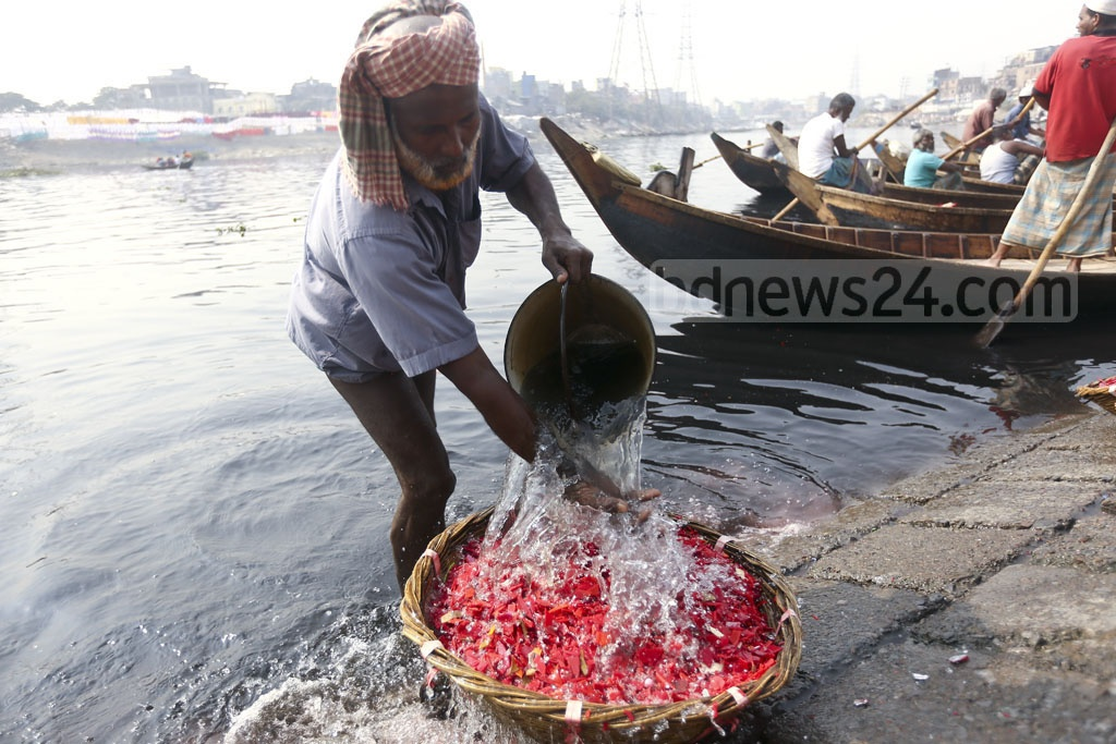 The plastic pieces are strained and washed with the dirty waters of the Buriganga river. Photo: Mahmud Zaman Ovi