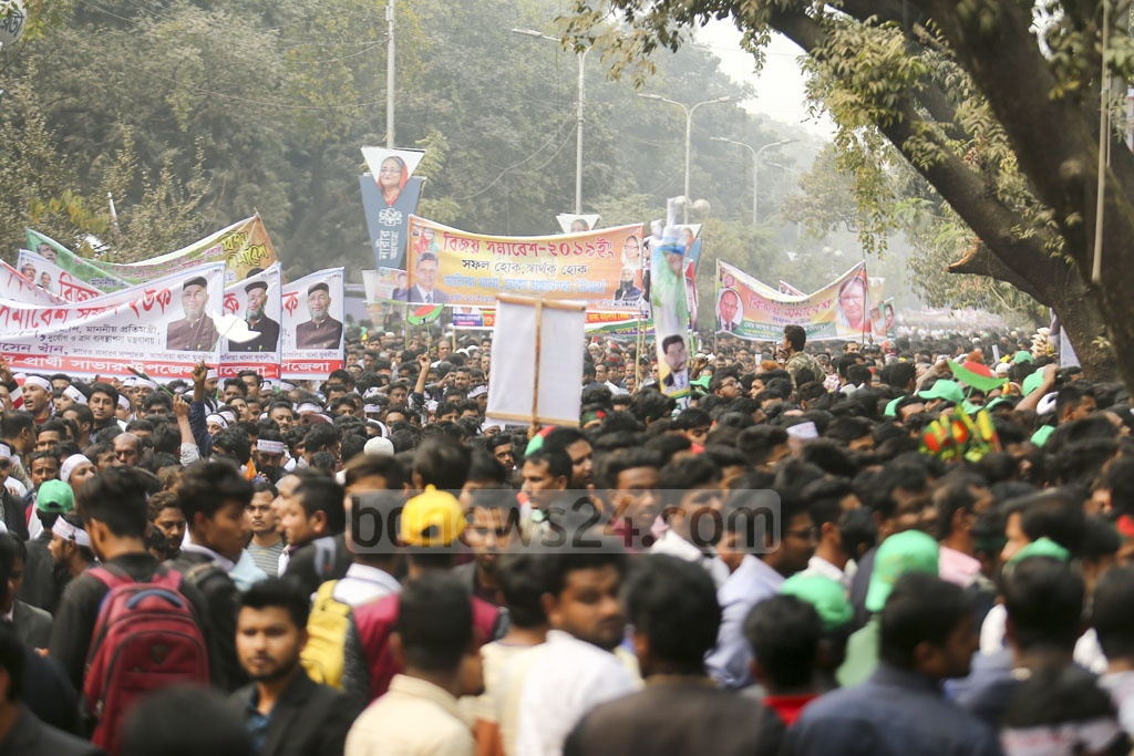 Awami League leaders and workers gather at the entrance of the Awami League's election victory celebration venue at the Suhrawardy Udyan in Dhaka on Saturday. Photo: Mahmud Zaman Ovi