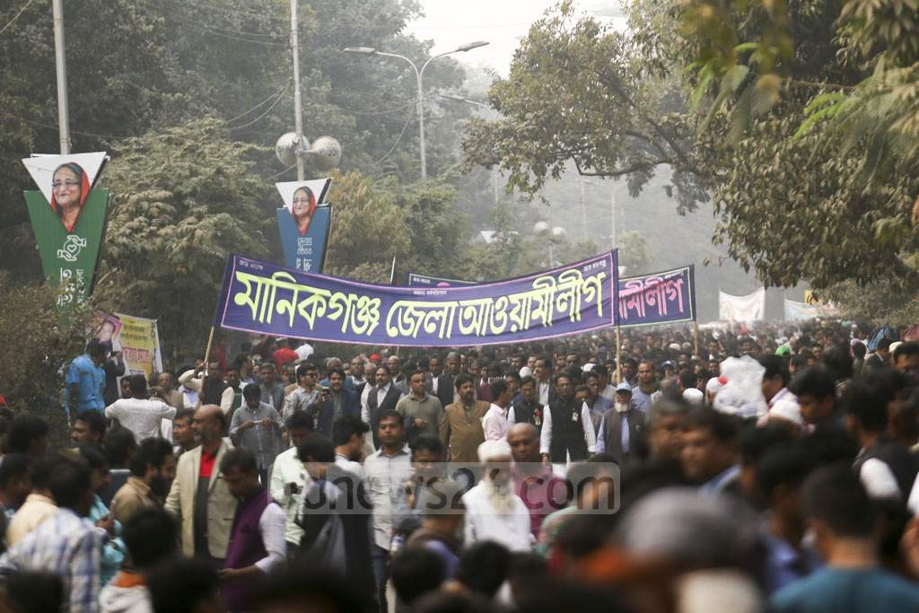 Awami League leaders and workers are heading to the Suhrawardy Udyan in Dhaka to celebrate the party's election victory. Photo: Mahmud Zaman Ovi