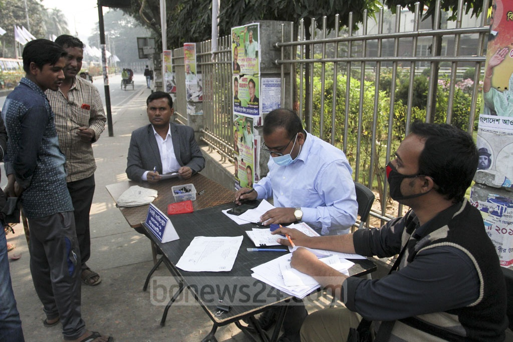 An executive magistrate checking papers in a BRTA mobile court at Ramna in Dhaka as part of the fortnightly traffic discipline campaign on Sunday. Photo: Asif Mahmud Ove