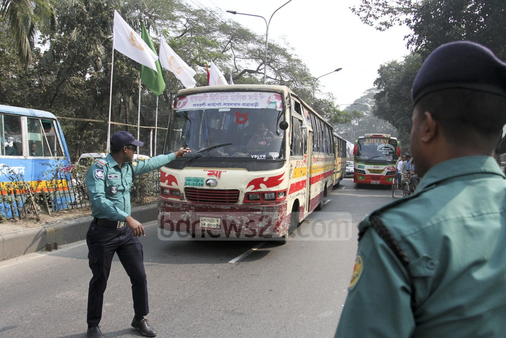 Bangladesh Road Transport Authority or BRTA set up a mobile court at Ramna in Dhaka on Sunday as part of the fortnightly traffic discipline campaign. Photo: Asif Mahmud Ove