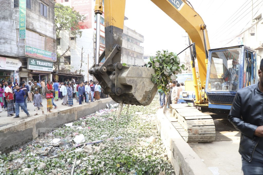 An excavator is used to remove refuse from the Kutubkhali Canal on Monday. Photo: Abdullah Al Momin