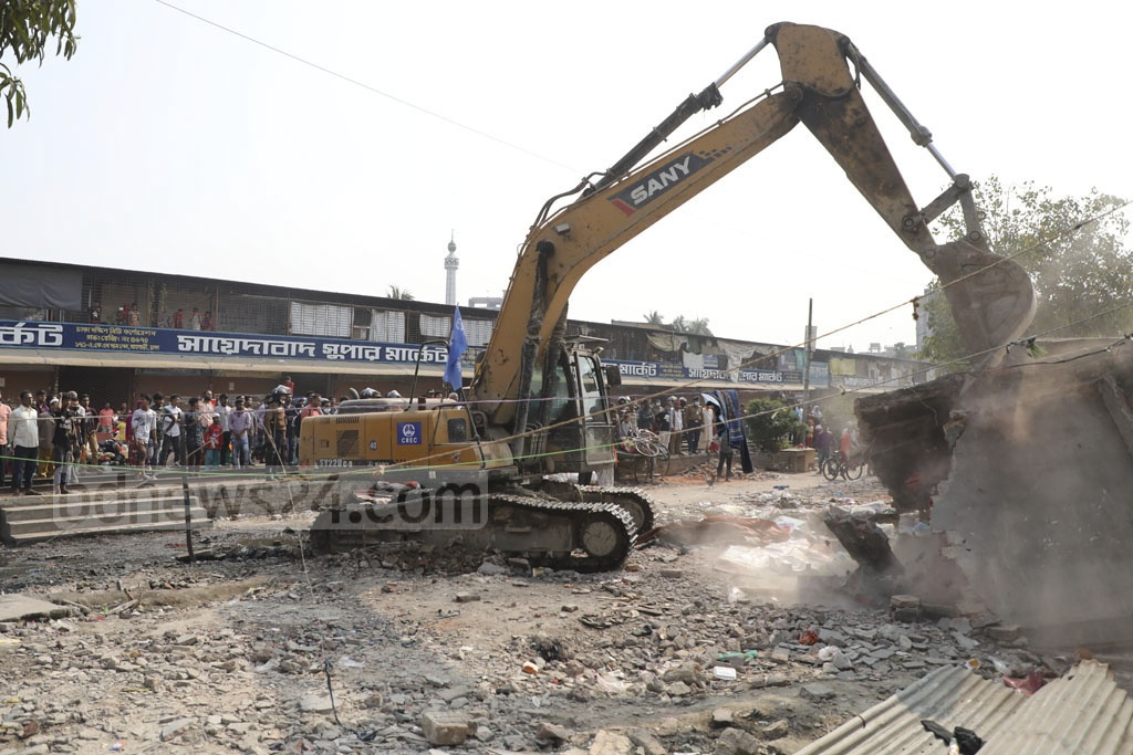 Railway Police removes illegal structures lining both sides of the train tracks at Dhaka's Gopibagh on Tuesday.
