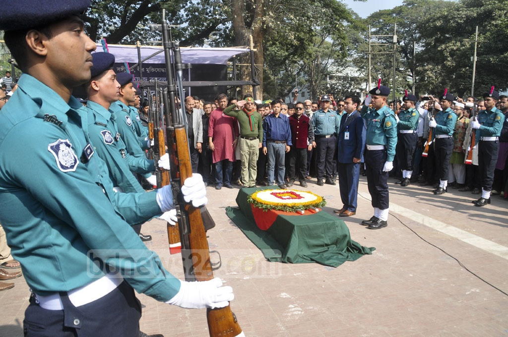 A police team gives state honour to Ahmed Imtiaz Bulbul, musician and freedom fighter, during a tribute ceremony at Dhaka's Central Shaheed Minar on Wednesday. Photo: Asif Mahmud Ove