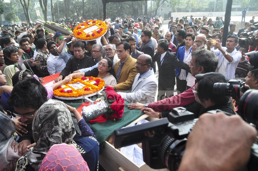 Jatiya Samajtantrik Dal leaders honour musician-freedom fighter Ahmed Imtiaz Bulbul during a tribute ceremony at Dhaka's Central Shaheed Minar on Wednesday. Photo: Asif Mahmud Ove