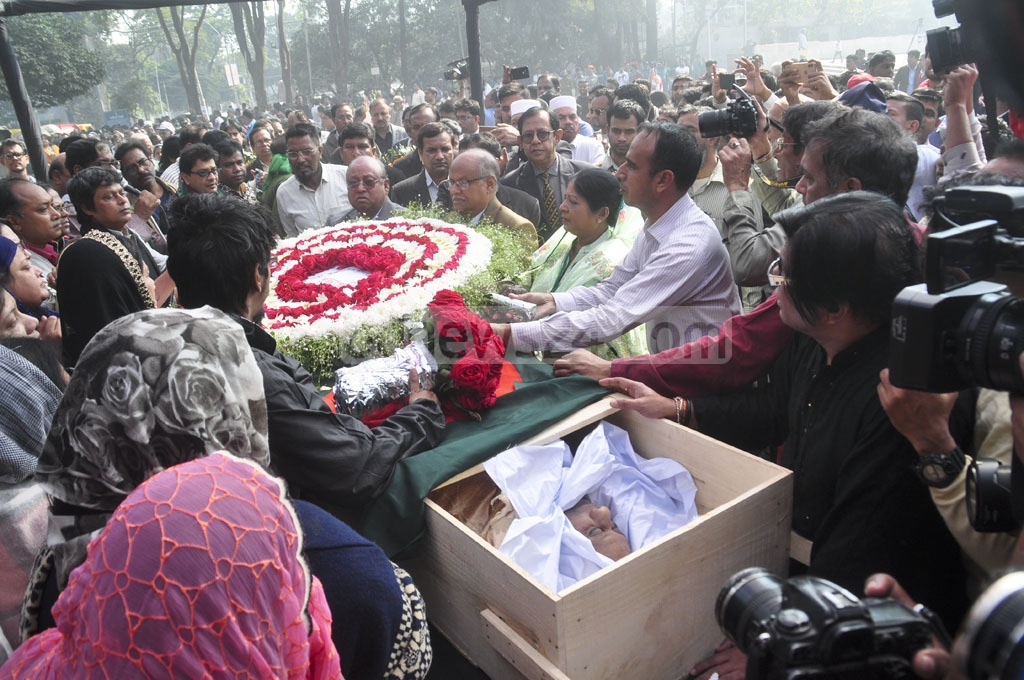 Musician-freedom fighter Ahmed Imtiaz Bulbul is honoured by various organisations and people from all walks of life during a tribute ceremony at Dhaka's Central Shaheed Minar on Wednesday. Photo: Asif Mahmud Ove