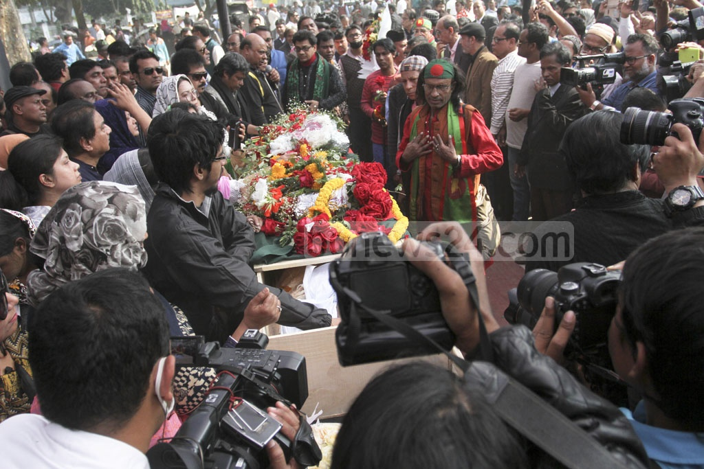 Ahmed Imtiaz Bulbul's son Samir Ahmed (centre) stands close to his father's coffin as people pay tribute to the musician and freedom fighter during a ceremony at Dhaka's Central Shaheed Minar on Wednesday. Photo: Asif Mahmud Ove