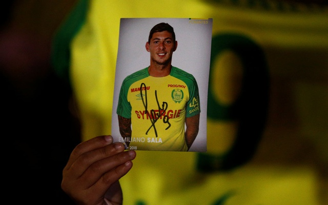 Cardiff City Sala: A fan holds a portrait of Emiliano Sala in Nantes' city center after news that newly-signed Cardiff City soccer player Emiliano Sala was missing after the light aircraft he was travelling in disappeared between France and England the previous evening, according to France's civil aviation authority, France, Jan 22, 2019. REUTERS/Stephane Mahe