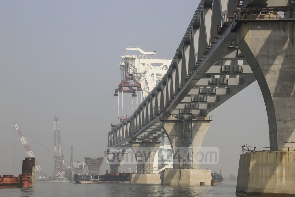 The sixth span of the Padma Bridge is installed on piers 36 and 37 at the Zajira end on Wednesday. The span was brought to the site from a construction yard in Munshiganj's Kumarbhog on a floating crane. Photo: Abdullah Al Momin