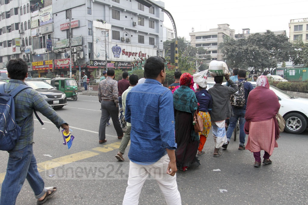 Despite presence of traffic police, people slip through road dividers to dangerously cross the busy intersection at Banani's Kakoli. Photo: Asif Mahmud Ove