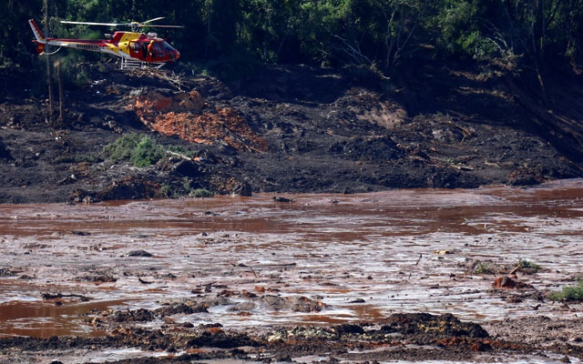 A rescue helicopter searches for victims after a tailings dam owned by Brazilian miner Vale SA burst, in Brumadinho, Brazil Jan 27, 2019. REUTERS/Adriano Machado
