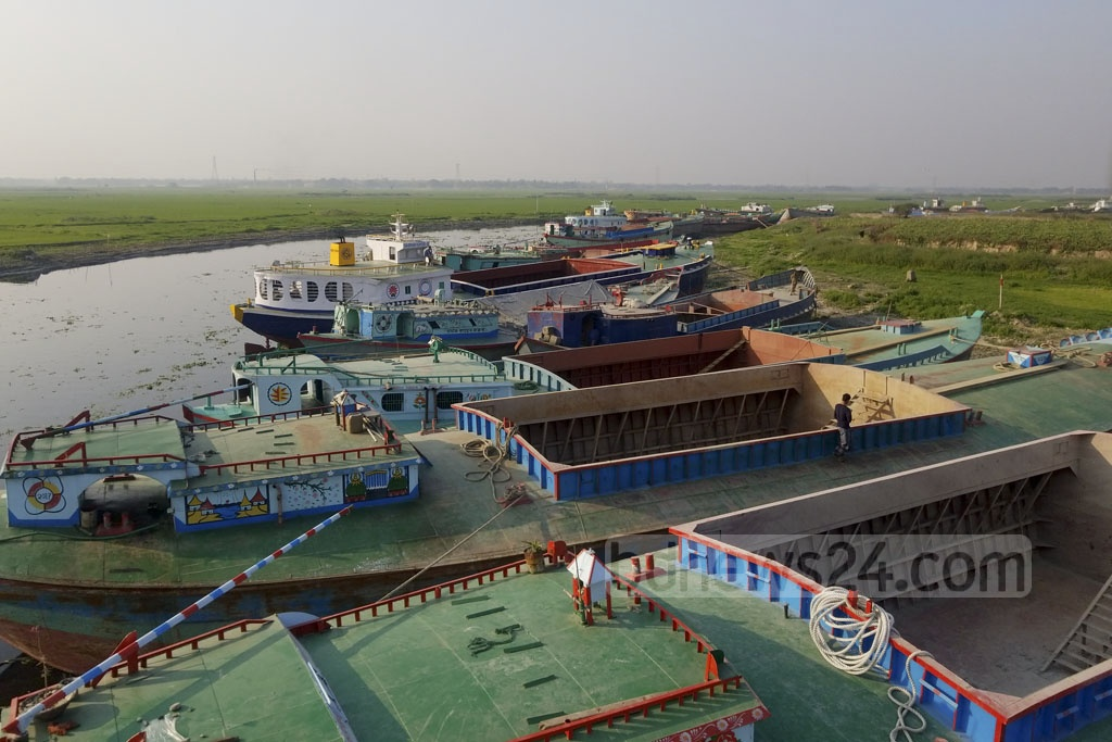 Ships and cargo vessels have been stranded for a week at Mirpur's Beribad due to the decreasing depth of the river Turag. Photo: abdul mannan