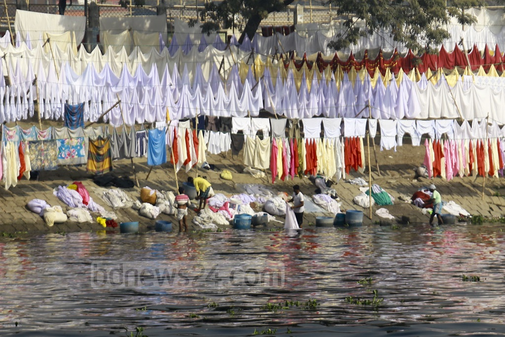 Many launders in Dhaka use the polluted water of the Buriganga River, exposing their customers to skin diseases and other health hazards. Photo: Mahmud Zaman Ovi