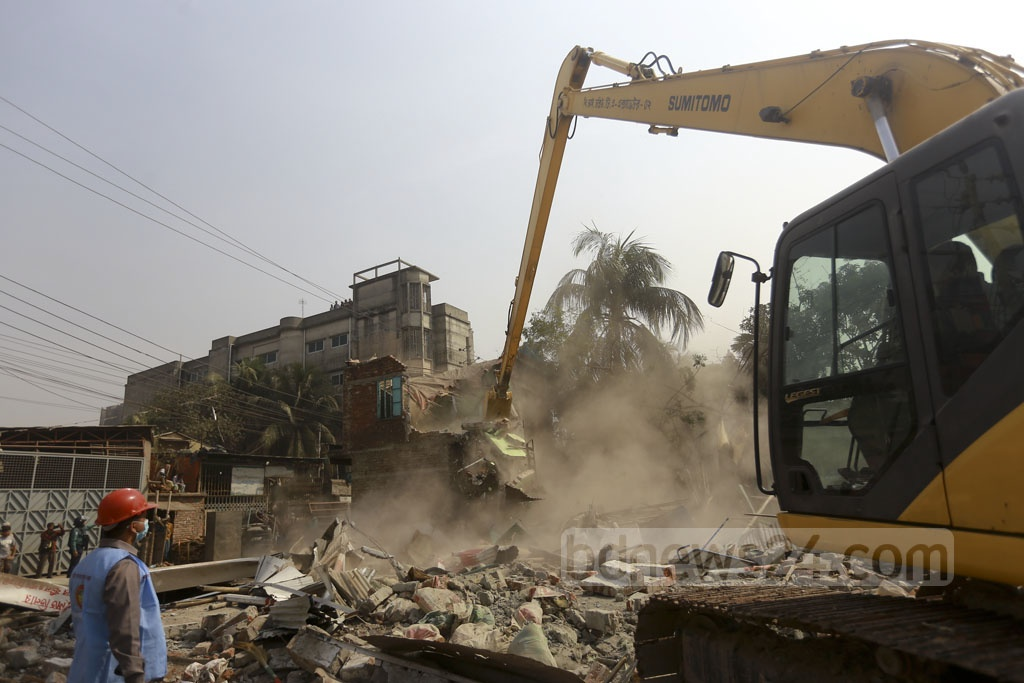 A mobile court of the BIWTA oversees the demolition of illegal structures on the banks of Buriganga at Kamrangirchar's Nababchar area. Photo: Mahmud Zaman Ovi