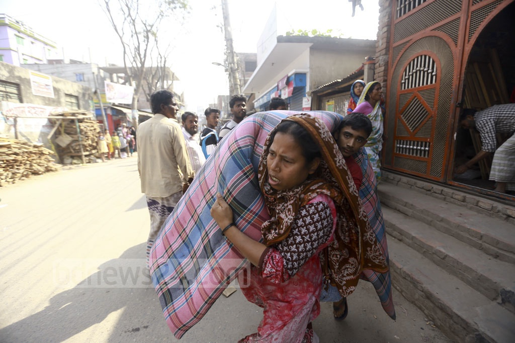 People in Kamrangirchar move away their belongings during a BIWTA eviction drive to remove illegal structures from the banks of Buriganga river. Photo: Mahmud Zaman Ovi