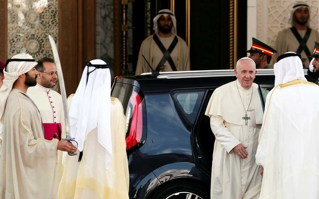 Pope Francis is welcomed by Abu Dhabi's Crown Prince Mohammed bin Zayed Al-Nahyan during a welcome ceremony at the Presidential Palace in Abu Dhabi, United Arab Emirates February 4, 2019. Reuters