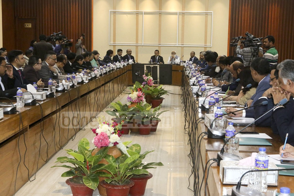 Finance Minister AHM Mustafa Kamal and Prime Minister's Private Industry and Investment Adviser Salman F Rahman hold a meeting with business and industries representatives at the National Economic Council's conference room in Dhaka on Thursday.