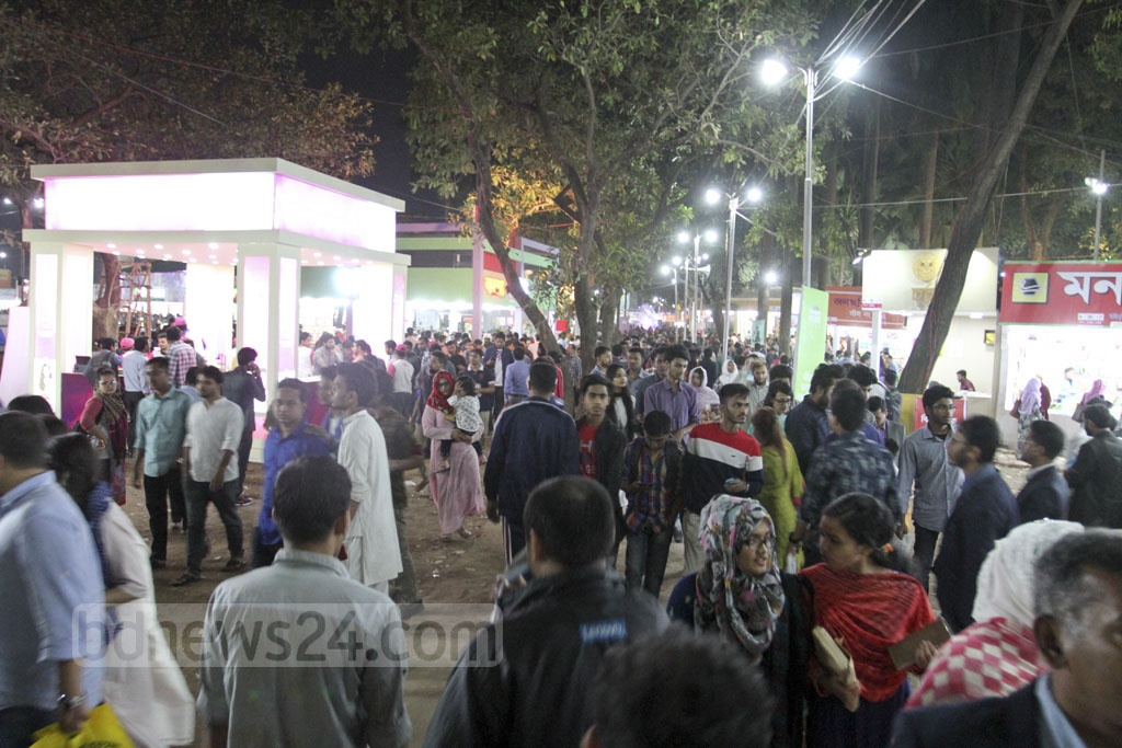 With each passing hour, a growing number of visitors gather at the Ekushey Book Fair. Saturday's weekly holiday saw a sizeable turnout. Photo: Asif Mahmud Ove