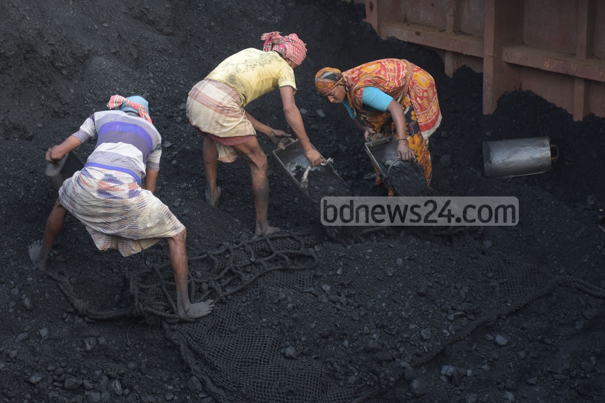 Workers unloading a shipment of coal at Chattogram's Majhirghat. Coal imports from Russia and Vietnam are to fire up kilns in brickfields. Photo: Suman Babu