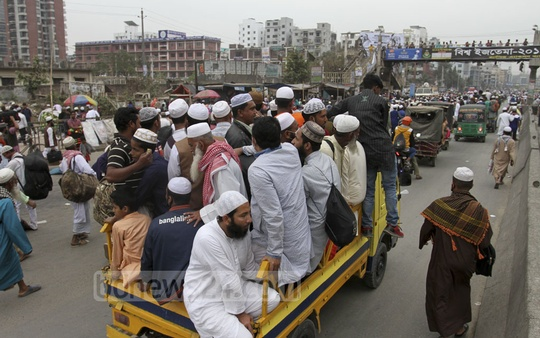Many take risks travelling home from the Biswa Ijtema Akheri Munajat on Saturday. Photo: Asif Mahmud Ove