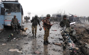 Indian soldiers examine the debris after an explosion in Lethpora in south Kashmir's Pulwama district Feb 14, 2019. REUTERS/Younis Khaliq