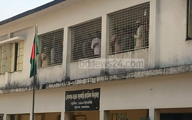 Over 100 yaba traders surrender to police in Cox's Bazar