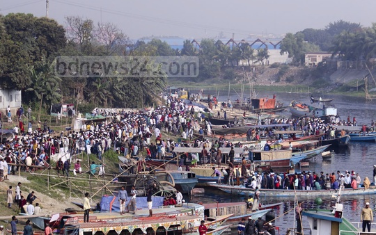 Many people travelling by the trawler to take part in the Akheri Munajat in Gazipur's Tongi. Photo: Mahmud Zaman Ovi