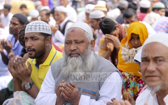 People of all ages taking part in the Akheri Munajat in Gazipur's Tongi. Photo: Mahmud Zaman Ovi