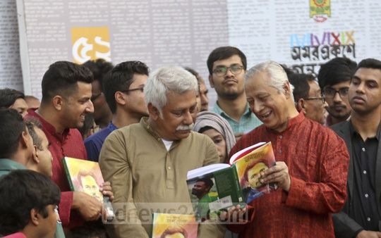 Attorney General Mahbubey Alam browsing the pages of the book titled 'Kathae-Addae Mashrafe' at its launch at the Amar Ekushey Book Fair in Dhaka on Friday.