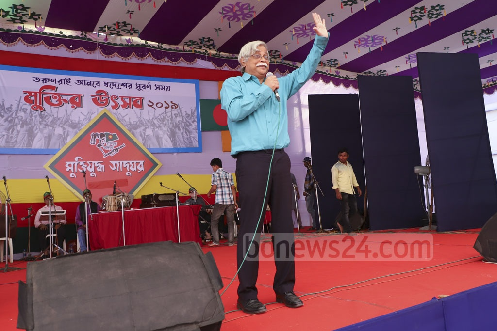 Academician Professor Muhammed Zafar Iqbal addressing students celebrating Bangladesh's independence at Muktir Utsob at Dhaka University's central ground on Friday ahead of the Independence Day. Photo: Abdullah Al Momin
