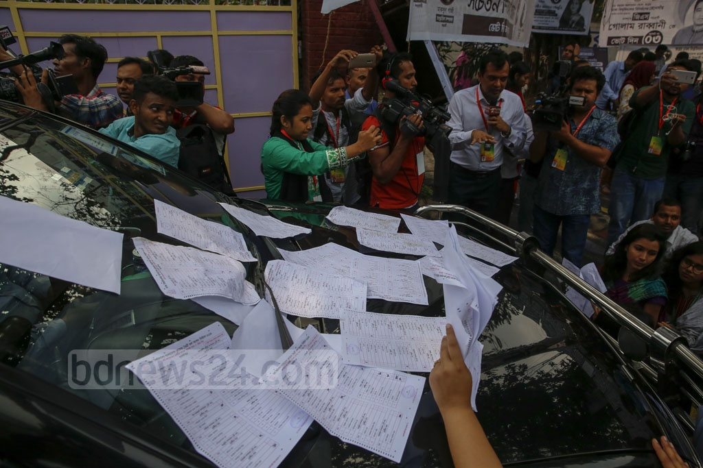 Students surround Dhaka University Pro Vice Chancellor Muhammad Samad's car to protest after they found marked Hall Council ballot papers at Bangladesh-Kuwait Maitree Hall on Monday before DUCSU polls opened. Photo: Mostafigur Rahman