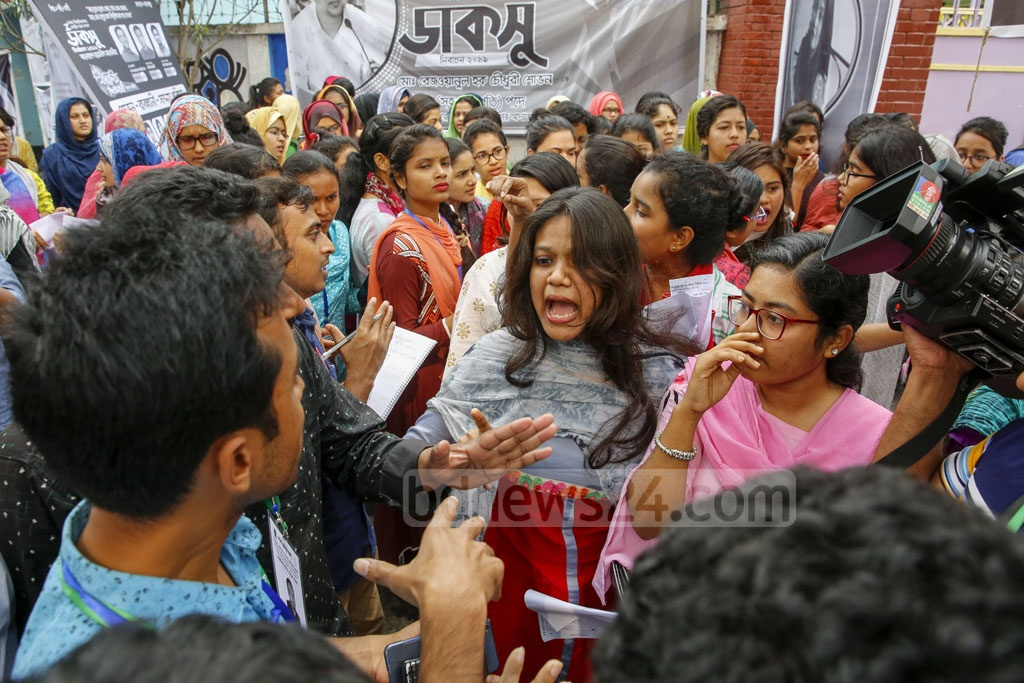 Students call on the Chhatra dal to leave when a team from the organisation came to express their solidarity with the protest of marked Hall Council ballot papers found at Bangladesh-Kuwait Maitree Hall on Monday before DUCSU polls opened. Photo: Mostafigur Rahman