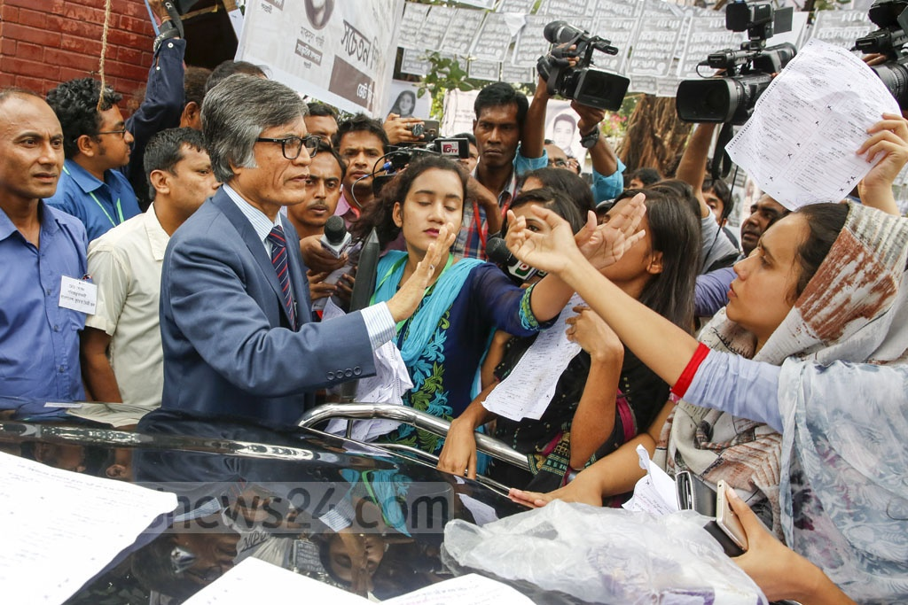 Dhaka University Pro Vice Chancellor Muhammad Samad tries to calm students agitated by the discovery of marked Hall Council ballot papers at Bangladesh-Kuwait Maitree Hall on Monday before DUCSU polls opened. Photo: Mostafigur Rahman