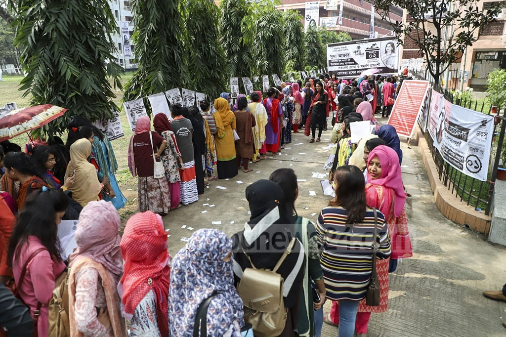 DUCSU polls at Ruqayyah Hall were delayed an hour after arguments between students and election officials over the sealing of ballot boxes. Long lines of voters were seen outside the centre when polls opened. Photo: Mostafigur Rahman
