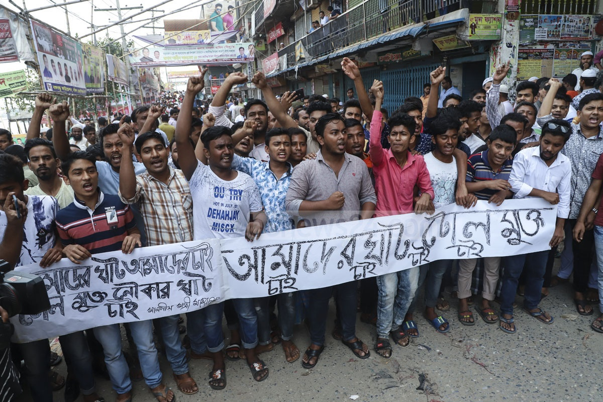 Traders of Keraniganj, who cross the Buriganga River through Aganagar point on small boats, and boatmen demonstrated on Tuesday against the removal of a pier in Sadarghat Launch Terminal area. Photo: Abdullah Al Momin