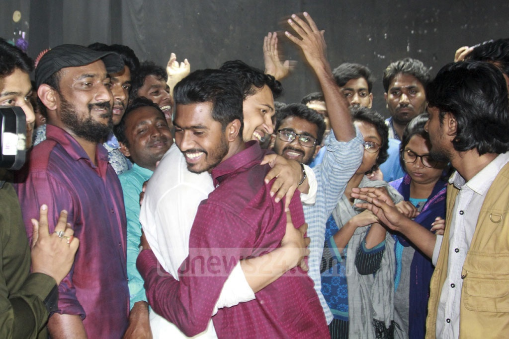 Bangladesh Chhatra League President Rezwanul Haque Chowdhury Shovon, left, hugging his rival candidate Nurul Haq Nur, the newly elected vice-president of Dhaka University Central Students' Union or DUCSU, at the TSC on Tuesday. Photo: Mahmud Zaman Ovi