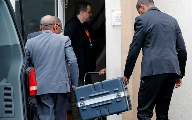Men unload a case containing the black boxes from the crashed Ethiopian Airlines Boeing 737 MAX 8 outside the headquarters of France's BEA air accident investigation agency in Le Bourget, north of Paris, France, Mar 14, 2019. REUTERS