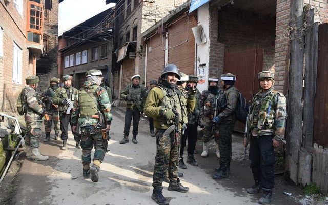 Indian Army soldiers stand guard near the site of a gun battle with suspected militants in south Kashmir's Tral town Mar 5, 2019. REUTERS/Younis Khaliq