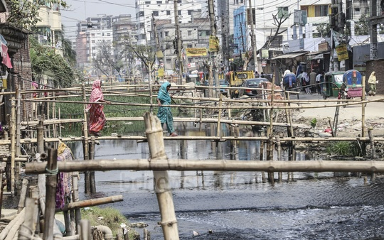 The bamboo bridges built over the canal in the Zia Swarani area of Dhaka's Shonir Akhra have caused waterlogging in the area by interrupting the flow of water. Photo: Abdullah Al Momin