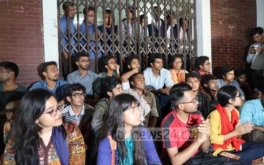 Panels that boycotted the DUCSU election over irregularities hold a demonstration in front of the Dhaka University Vice Chancellor's Office to demand fresh polls. Photo: Abdullah Al Momin