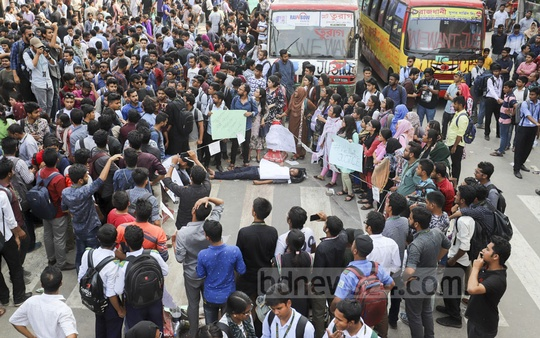 Students take to the streets in protest after the death of Bangladesh University of Professionals student Abrar Ahmed Chowdhury in a road accident in front of the Jamuna Future Park on Tuesday. Photo: Asif Mahmud Ove