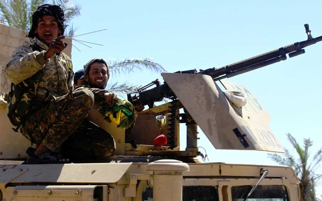 Islamic State fighters pinned on Syrian riverbank, warplanes fly above