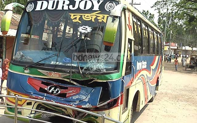 Four die in bus-Mahendra collision in Barishal