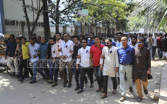 The Jatiyatabadi Chhatra Dal marched in silence on the Dhaka University campus wearing black badges as the newly elected members of DUCSU took charges. Photo: Asif Mahmud Ove