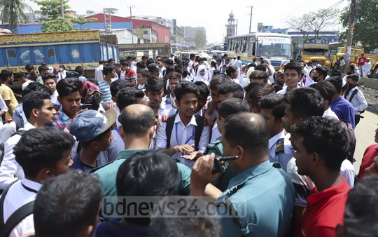 Students of Shyampur Government Model School and College demonstrating blocking the Dhaka-Narayanganj Highway on Monday against tuition fees at high rates like private institutions even after its nationalisation. Photo: Abdullah Al Momin