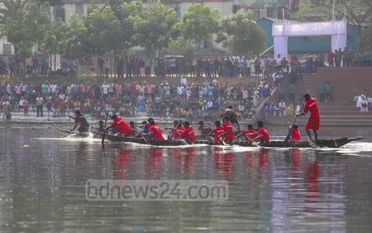 Boat races are held across Bangladesh on different occasions. An Independence Day boat race at Hatirjheel lake amused the residents of Dhaka on Tuesday. Photo: Abdullah Al Momin