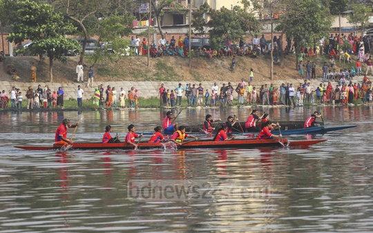 Female contenders rowing boats during a competition organised by Bangladesh Rowing Federation at Hatirjheel lake in Dhaka to celebrate the 48th Independence Day on Tuesday. Photo: Abdullah Al Momin