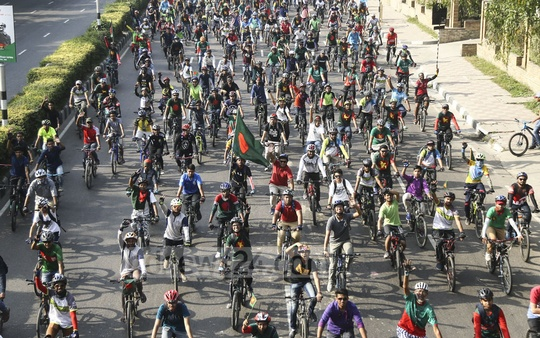 The BD Cyclists group organised a cycle rally at Dhaka's Manik Mia Avenue on Sunday morning to celebrate the 48th anniversary of Bangladesh's independence. Photo: Mahmud Zaman Ovi