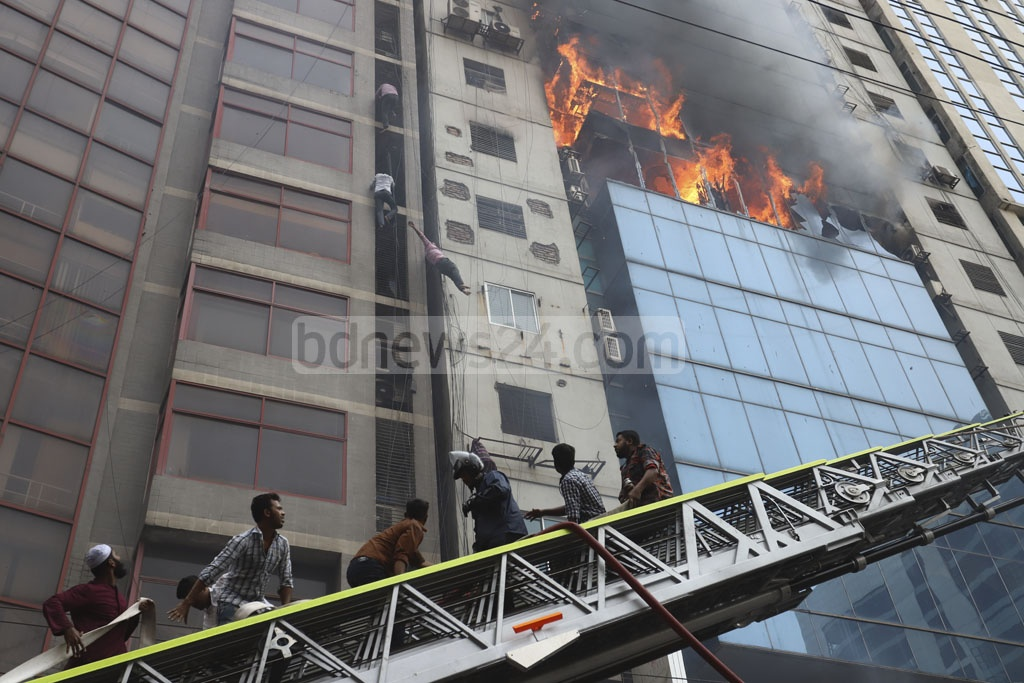 Some of the people trapped inside the FR Tower were injured when they tried to climb down using wires and railings during a fire incident on Thursday. Photo: Asif Mahmud Ove