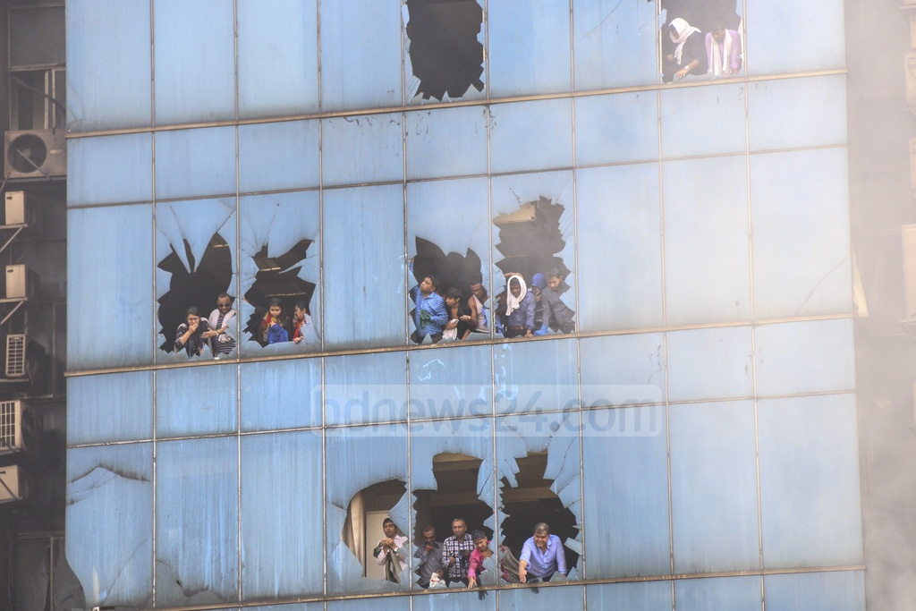 People trapped in a building next to the FR Tower in Dhaka'a Banani calling for help when the high-rise caught fire on Thursday. Photo: Mahmud Zaman Ovi